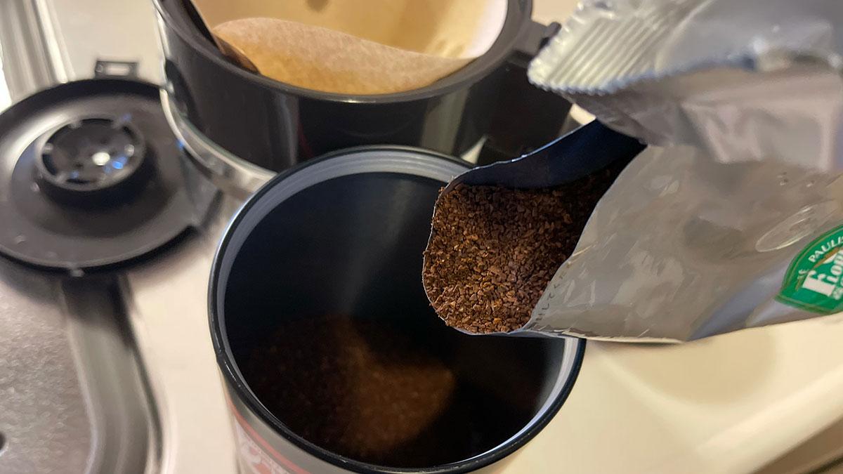 森のコーヒーを缶に移す